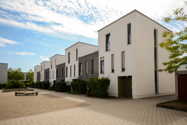 detached townhouses with flat roofs all along one block